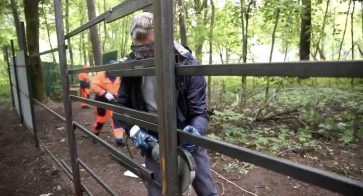 В подмосковной Барвихе местные жители иглава округа снесли забор влесу
